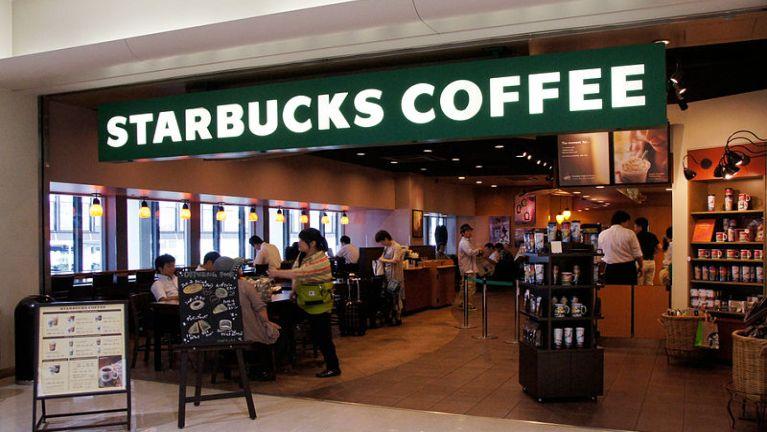 Myanmar, Yangon khuasung aom Sule Square ah amasapen Starbucks Coffee sai kihongding